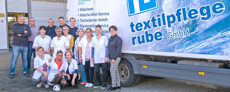 Das Team der Textilpflege Rube posiert vor dem Firmen LKW