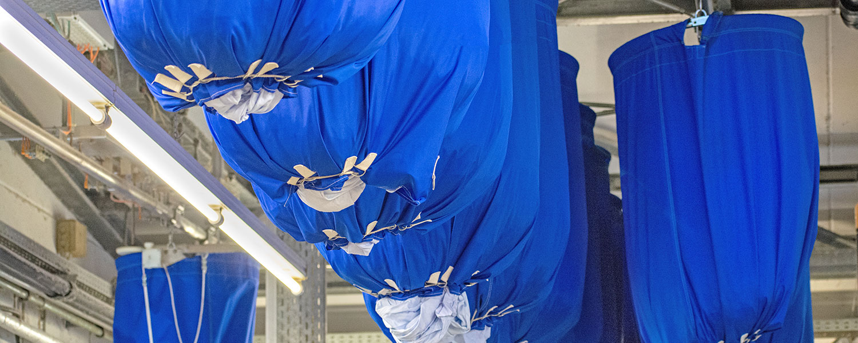 Blaue, gefüllte Wäschesäcke die von der Decke hängen